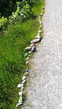 Steinschlange und Gute-Laune-Baum an der Ammer